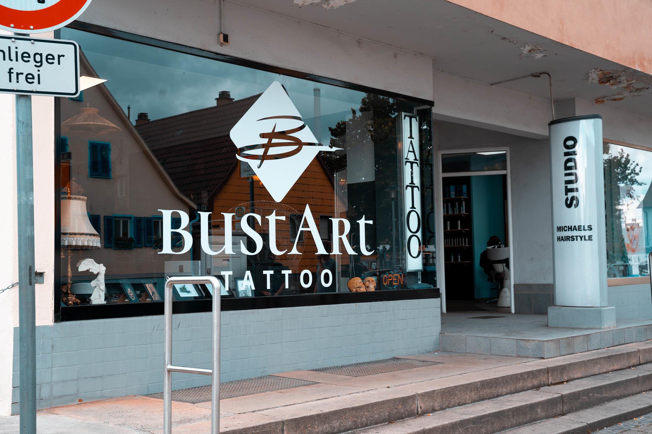 Bustart Tattoo Außenansicht